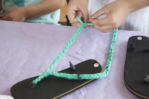 Haz una trenza en cada lado para formar dos cintas largas, que son las que te servirán para abrocharte la chancla